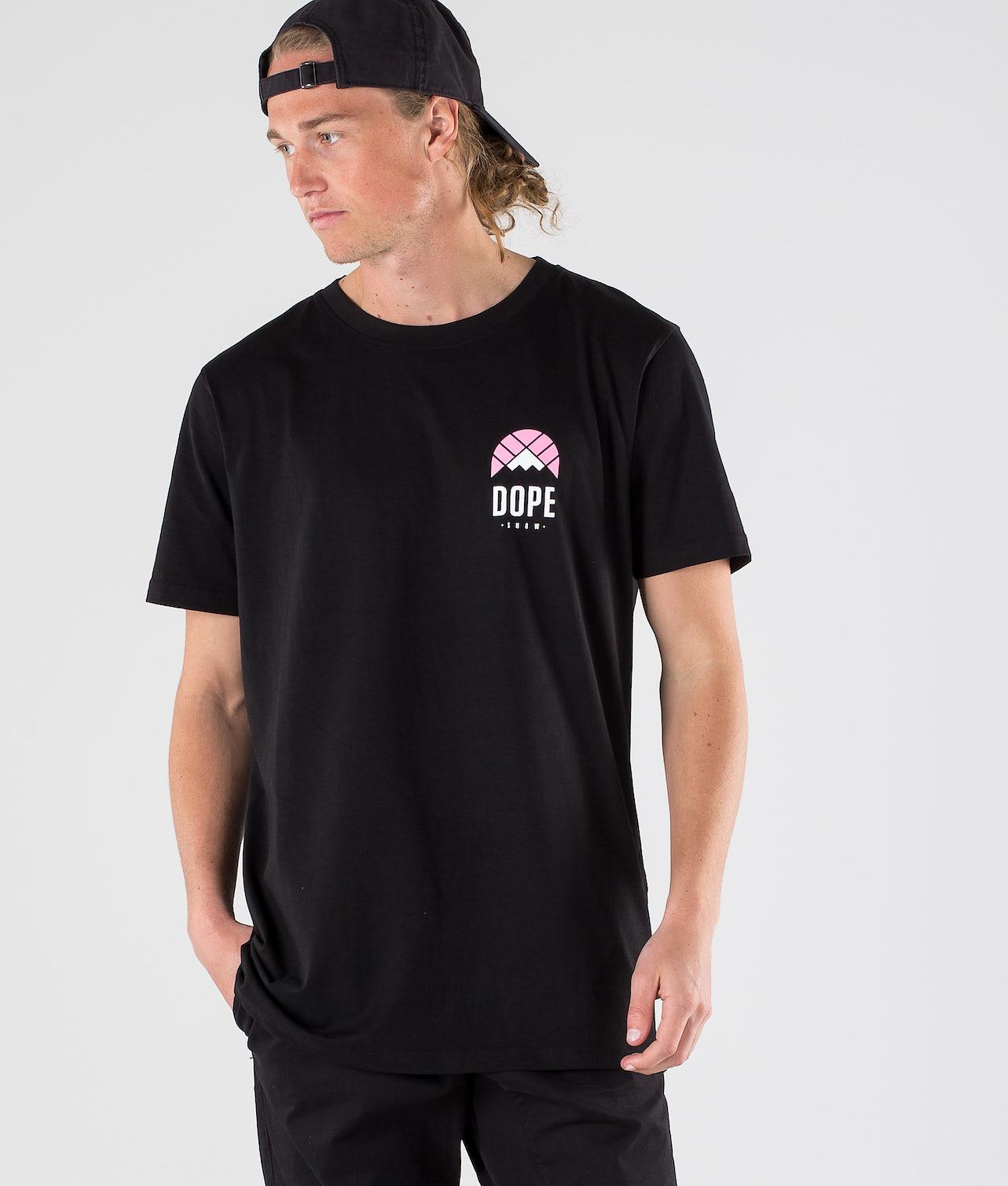 Kjøp Retro T-shirt fra Dope på Ridestore.no - Hos oss har du alltid fri frakt, fri retur og 30 dagers åpent kjøp!