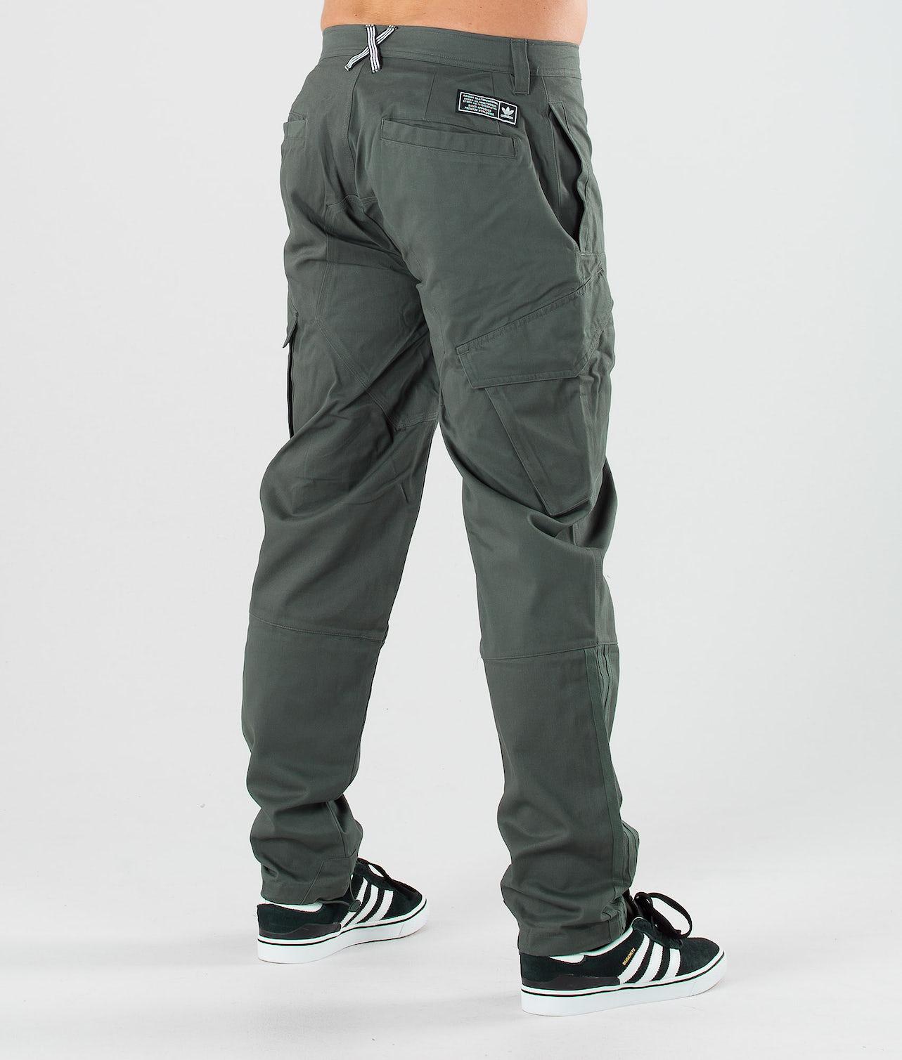 Kaufe Cargo Hosen von Adidas Skateboarding bei Ridestore.de - Kostenloser, schneller Versand & Rückversand.