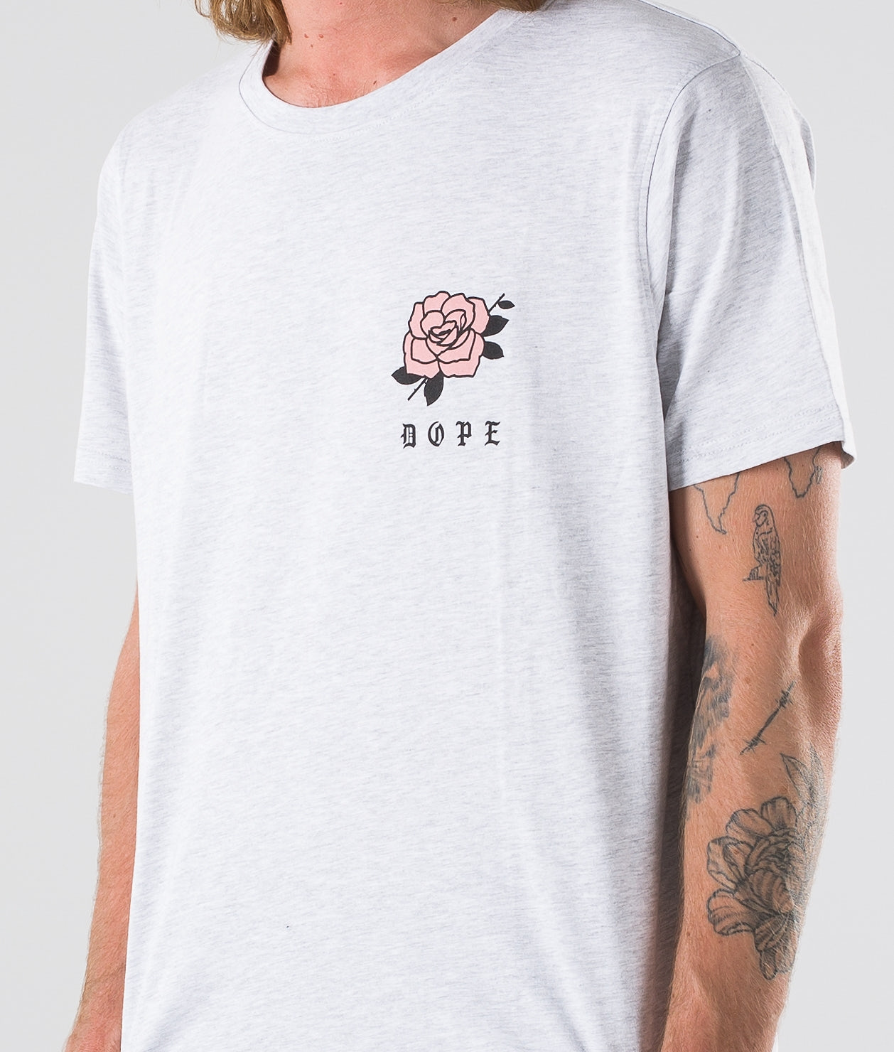 Kjøp ROSE T-shirt fra Dope på Ridestore.no - Hos oss har du alltid fri frakt, fri retur og 30 dagers åpent kjøp!